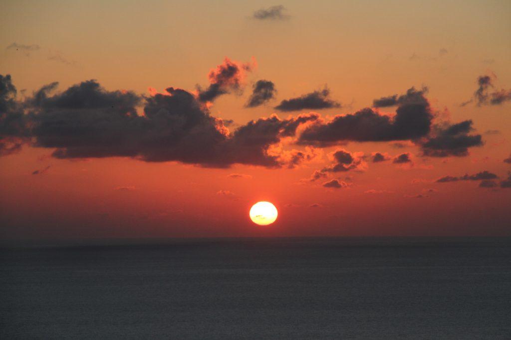 水平線に落ちる、秋の夕焼け