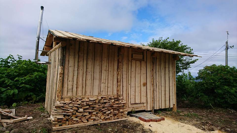 島の樹木の手作りシャワー小屋